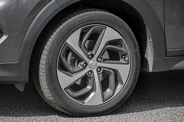 Smart 17-inch alloys look perfect on the car.