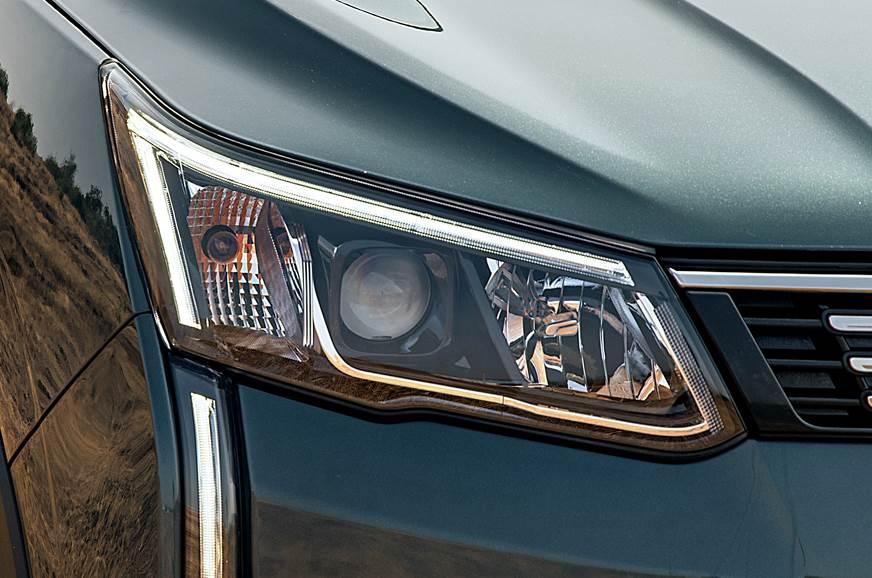 2019 Mahindra XUV300 headlamp