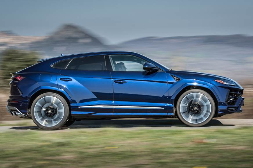 Lamborghini Urus side action