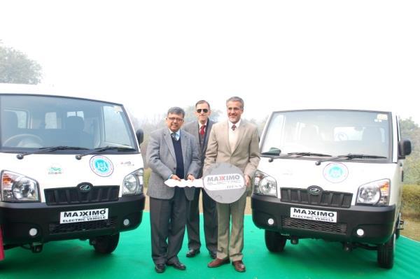 R–L: Chetan Maini, CEO, Mahindra Reva; Rajan Katoch, Secretary, Ministry of Heavy Industries & Public Enterprises, Govt. of India; Pradeep Bhatnagar, chairman, Agra Development Authority.