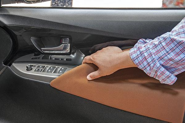 Handles integrated in the door pad mould with tan-coloured felt lining that is nice to touch.