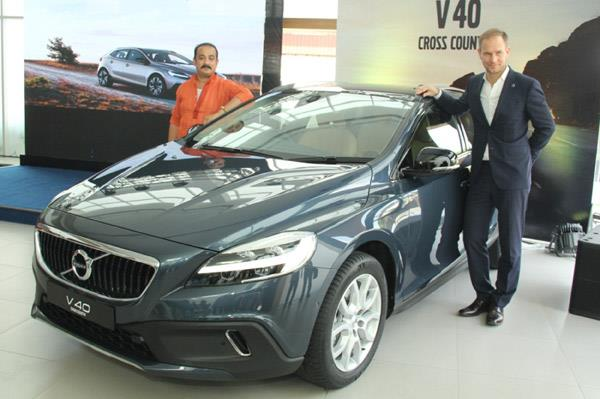 2017 Volvo V40, V40 Cross Country launched