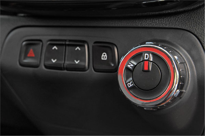 Dial to choose drive direction, but no manual gearshift c...