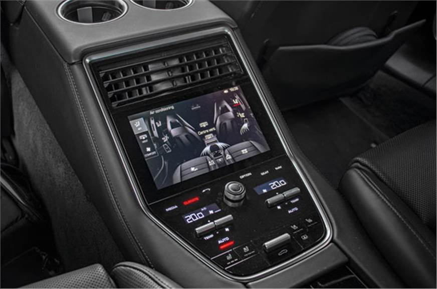 Rear centre console with dual-zone climate control.