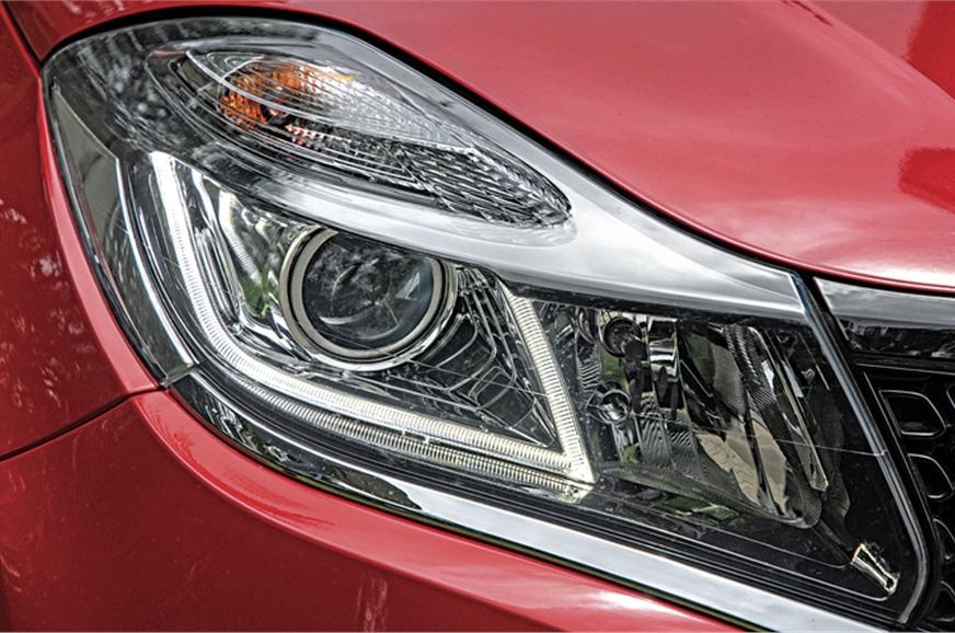 Headlamp's blister-like indicator pod inspired by Nissan ...