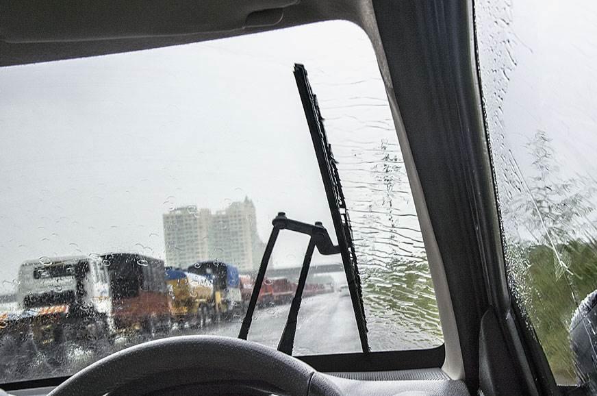 Single wiper doesn't cover entire windscreen.