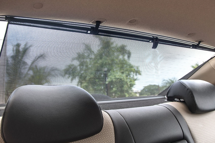 Manually retractable sunscreen for rear windscreen comes ...