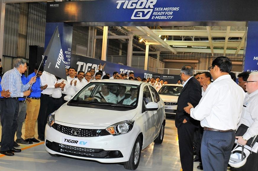 Tata Group Chairman Emeritus Ratan Tata flagging off the ...