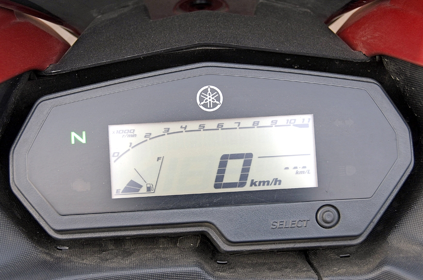 FZ25-borrowed instrument cluster can be read clearly in d...