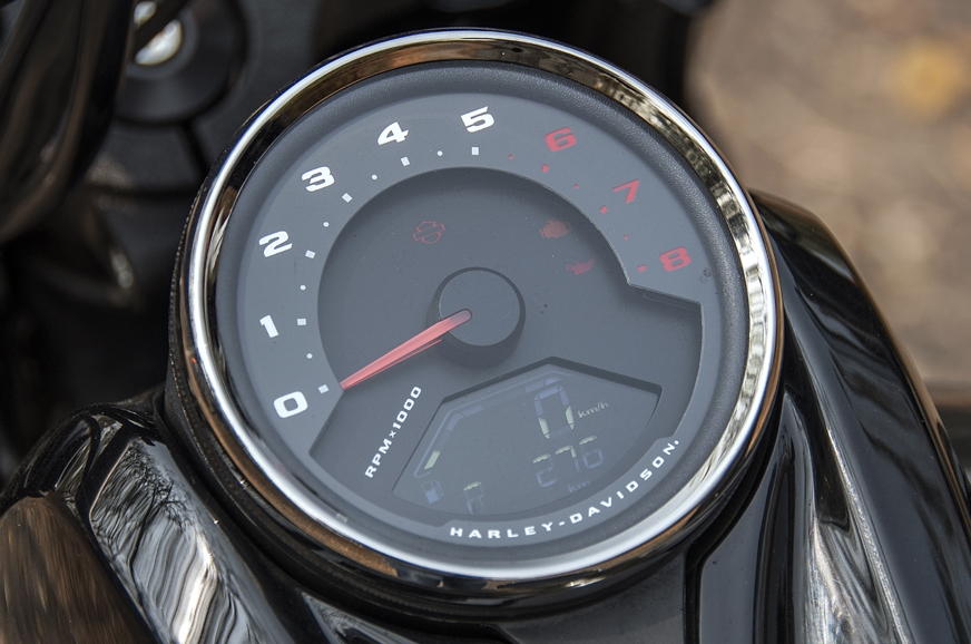 Analogue tachometer – a nice touch.