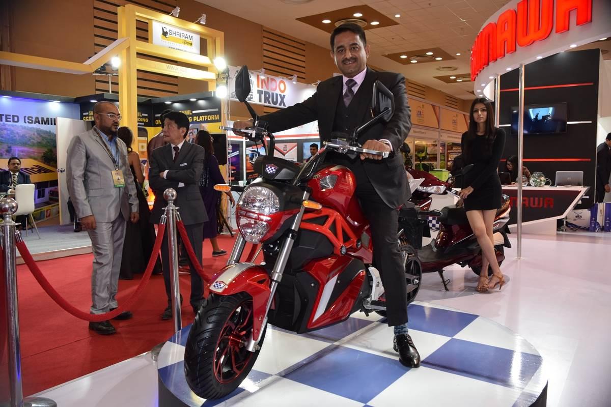 Okinawa showcases prototype OKI 100 motorcycle at Auto Expo 2018