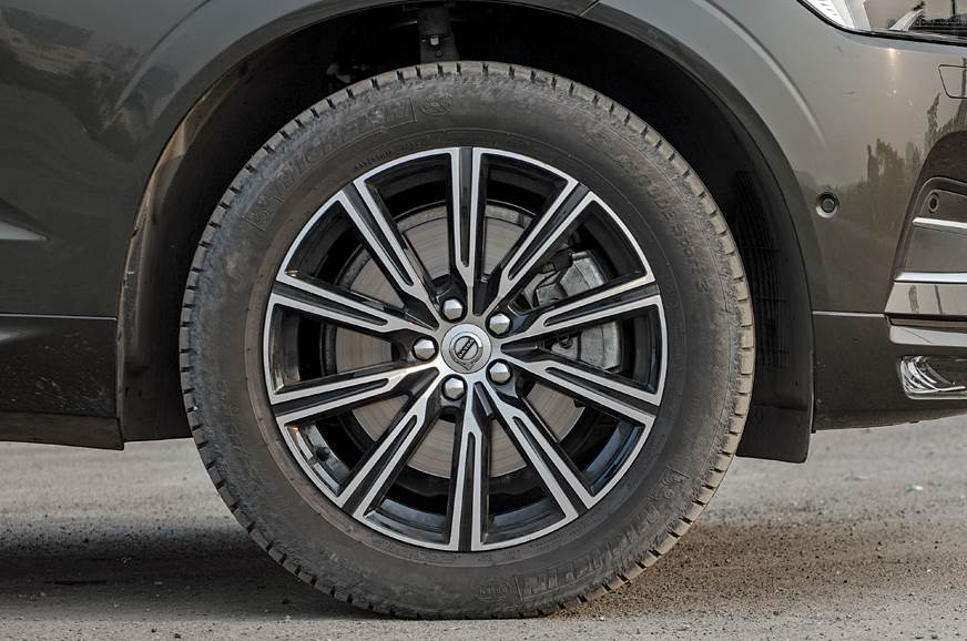 19-inch alloy rims look great and have a good wheel-to-bo...