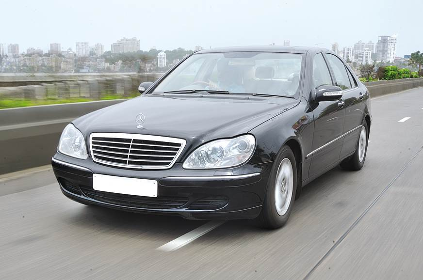 The W220's smooth aerodynamic shape was facelifted in 2003.