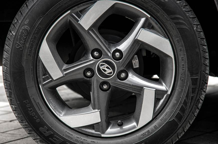 Stylish 16-inch alloys. No rear discs.