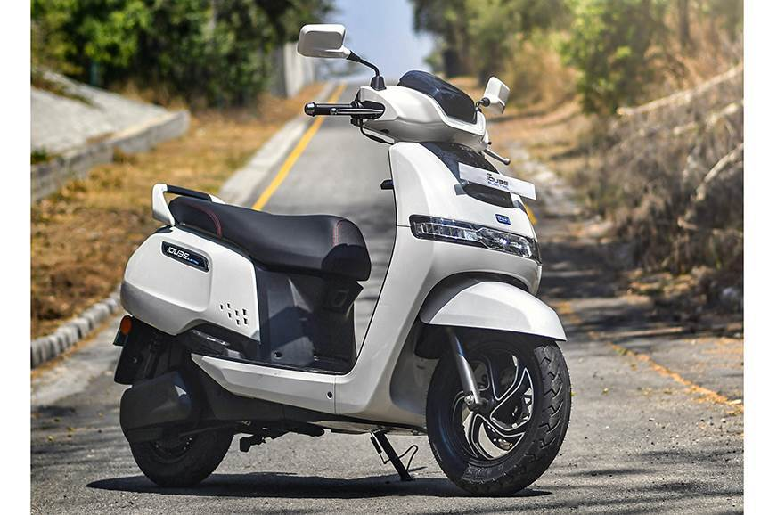 iQube-electric-scooter-front-static