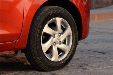 Higher variants of the Celerio get alloy wheels.
