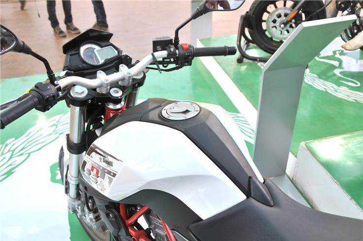 Dual-tone white and black fuel-tank on the TNT 25.