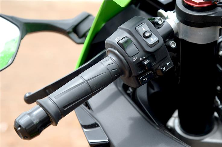 The left handlebar gets a rocker switch equipped with a 'Select' button which lets you control all the functions on the instrument cluster.