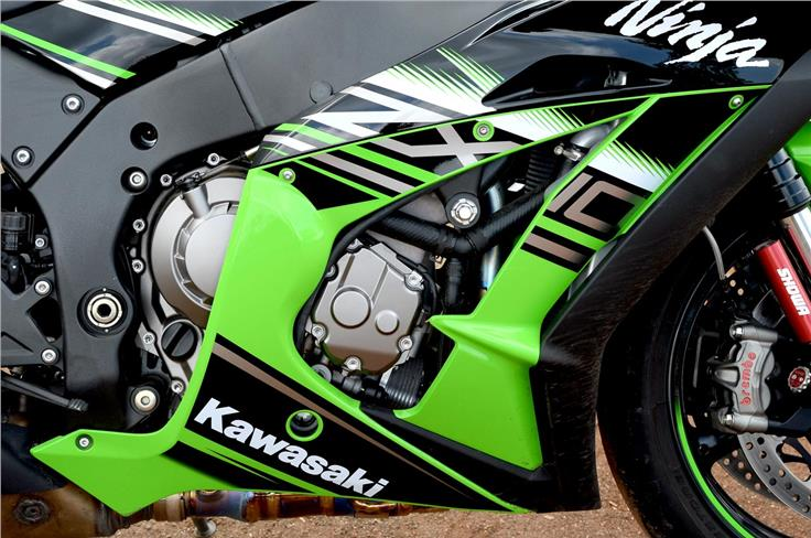 The 2016 10R retains the same 998cc, 16-valve, DOHC, inline-four engine layout as the previous model.