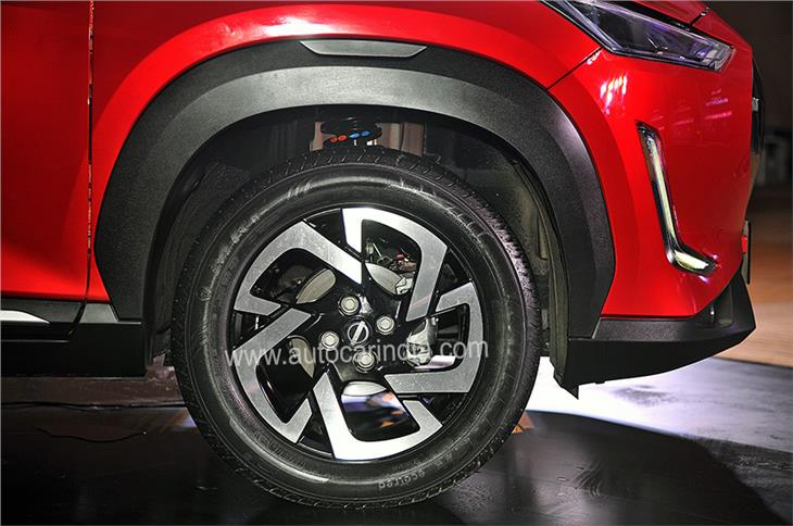 16-inch machined alloys wrapped in 195/60 R16 tyres.