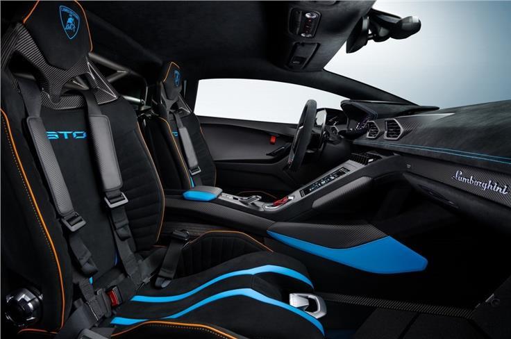 客舱还配备了碳纤维背衬的运动座椅、碳纤维门板和碳纤维编织的地板垫。