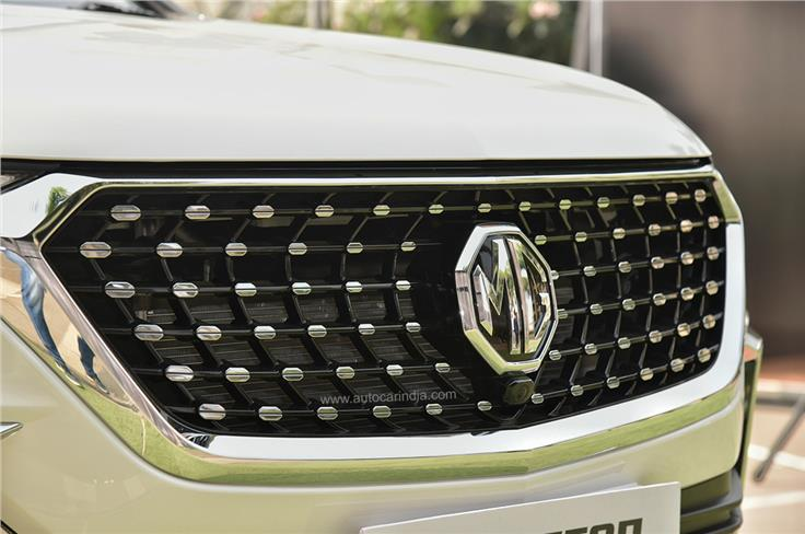 The Hector facelift features a new grille design with a studded pattern.