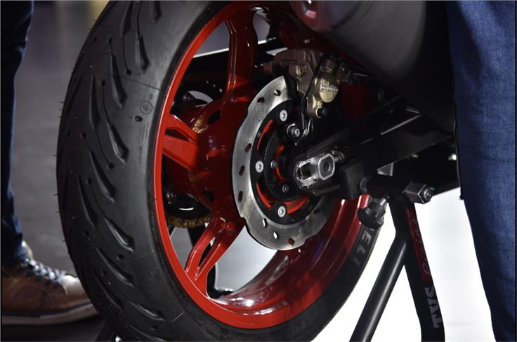 The Apache RR 310 continues to come shod with excellent Michelin Road 5 tyres.