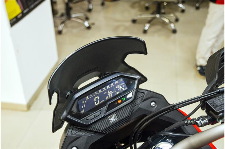 The digital LCD display is the same as that of the Hornet, but now mounted on the back of the fairing.