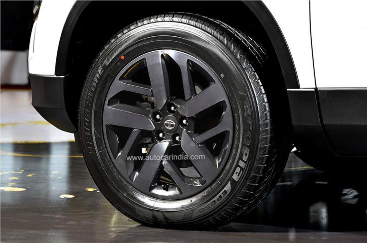 18-inch alloy wheels similar to those on the Safari Adventure Persona