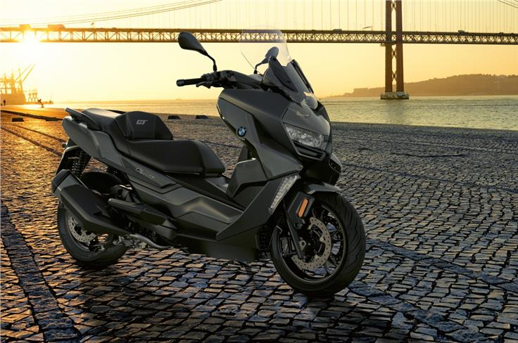 Powering the BMW C 400 GT is a 34hp, 35Nm, 350cc engine.